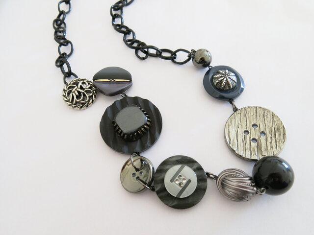 1点物☆アンティークボタン 大ぶりネックレス グレー系 レトロボタンネックレスの画像1枚目