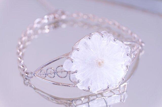 お陽さまの花 ソーラークォーツ(水晶)原石 腕飾りの画像1枚目