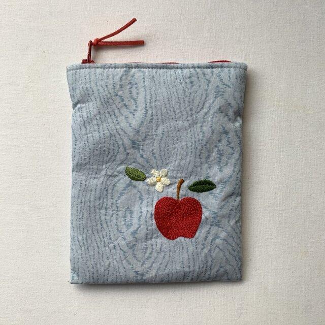 リンゴの刺繍(両面)のポーチの画像1枚目