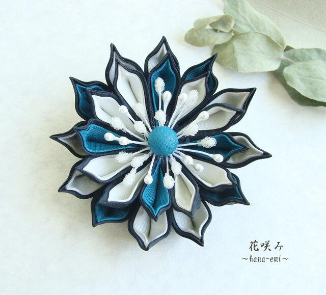 つまみ細工 ターコイズグリーン×白×黒 花コサージュ·ブローチの画像1枚目