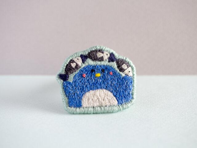 ペンギンの刺繍ブローチ(さかなのアーチ)の画像1枚目