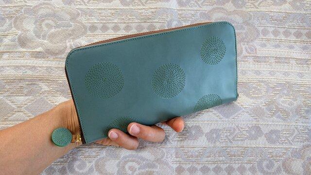 刺繍革財布『ぐるぐる』暗い水色×グリーン(牛革)ラウンドファスナー型の画像1枚目