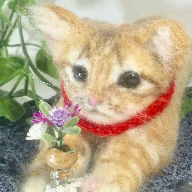 受注制作 羊毛フェルトの茶トラ子猫、リラックスポーズの画像1枚目