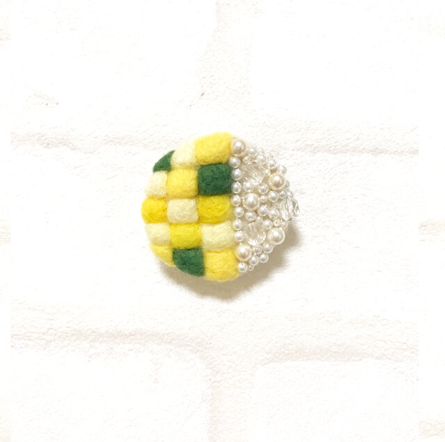 【レモン】羊毛mosaic丸ブローチの画像1枚目