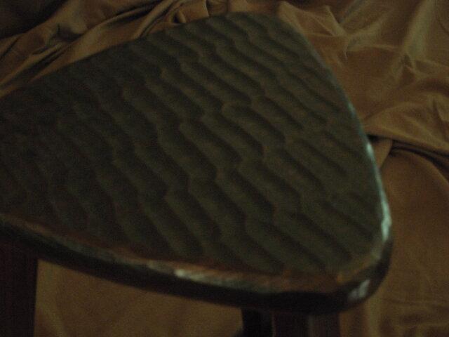 けやきの三角スツール(42㎝、拭き黒漆、でこぼこ)の画像1枚目