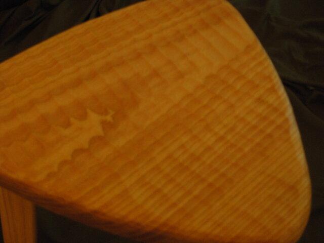 けやきの三角スツール(42㎝、木地色、でこぼこ)の画像1枚目