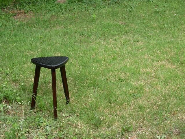 けやきの三角スツール(46㎝、拭き黒漆、でこぼこ)の画像1枚目
