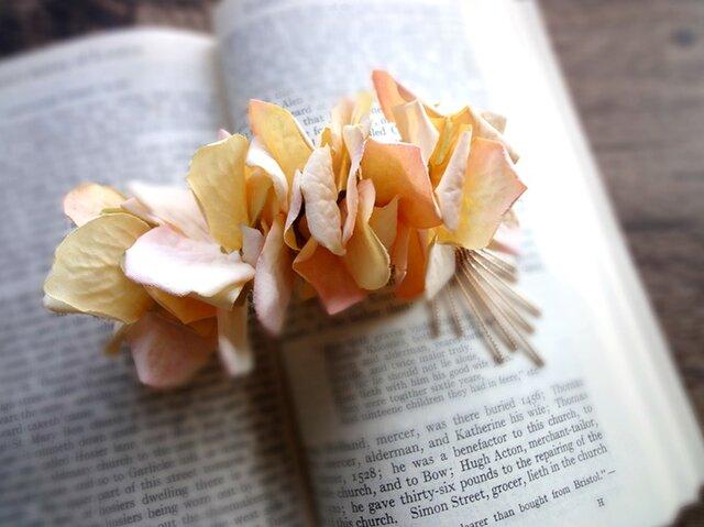 花びらのバレッタ■ドライフラワー風紫陽花×メタルタッセル■ピーチオレンジの画像1枚目