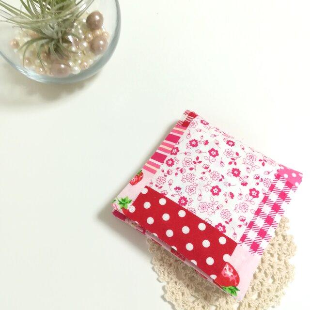 ◆コンパクトサイズ◆いちごとお花のパッチワーク【赤】サニタリーケース ナプキンケース ナプキン入れの画像1枚目