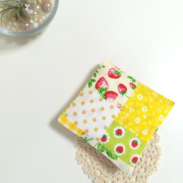 ◆コンパクトサイズ◆いちごとお花のパッチワーク【黄】サニタリーケース ナプキンケース ナプキン入れの画像1枚目