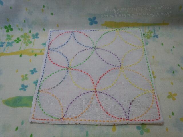 ☆手縫い☆刺し子15×15㎝カフェマット☆七宝つなぎ柄6色グラデーション糸☆橙色小花柄裏地付き☆敷物の画像1枚目