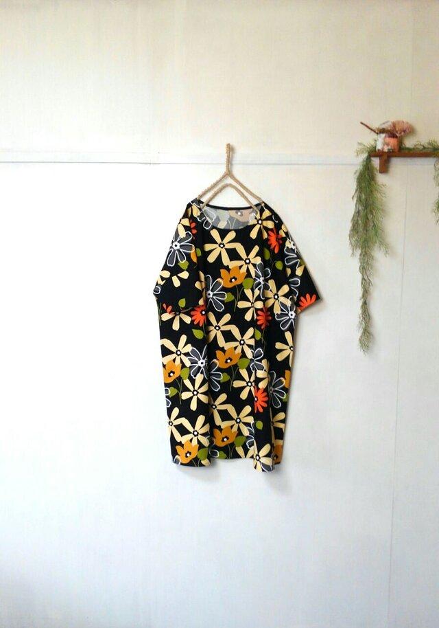 ゆったり着てね 大輪の花 ワンピース 黒 ~ チュニック 五分袖の画像1枚目