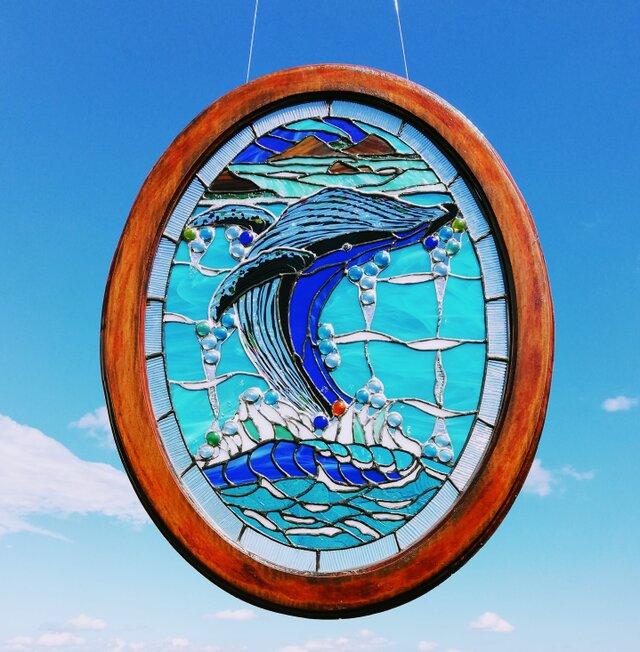 【迫力! 海上をジャンプするザトウクジラステンドグラス】❇️いつもお部屋でウォッチできる迫力のブルーチングクジラ、壁掛けの画像1枚目