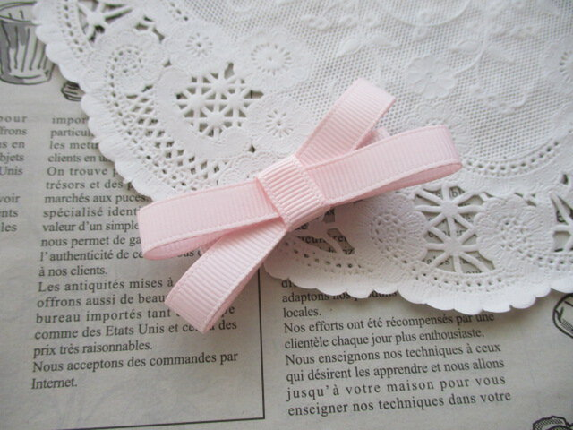 ★りぼん★ やわらかいピンクのシンプルなダブルリボンのヘアクリップの画像1枚目