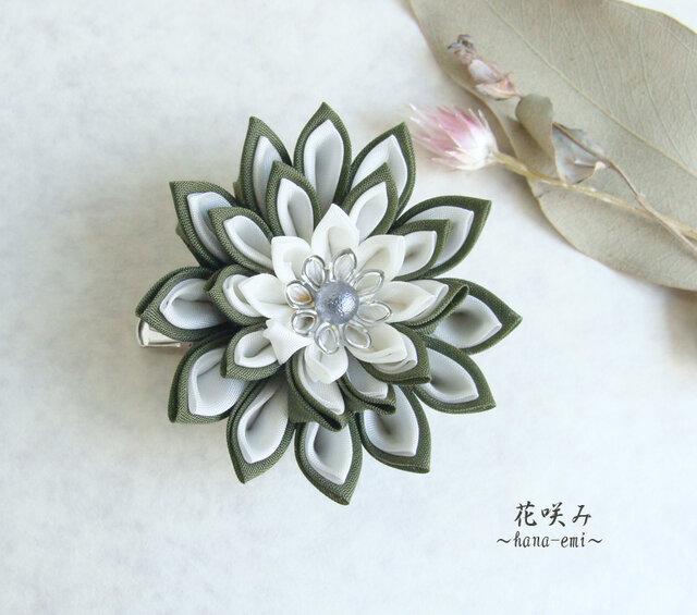 つまみ細工 緑と白のお花のブローチ&髪留めの画像1枚目