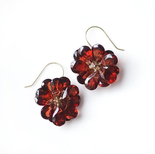 K18ガーネットの花びらによるダリアのピアス ~Dahliaの画像1枚目