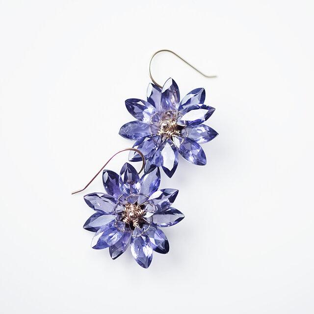 K18アイオライトの花びらによるヤグルマギクのピアス ~Cornflowerの画像1枚目