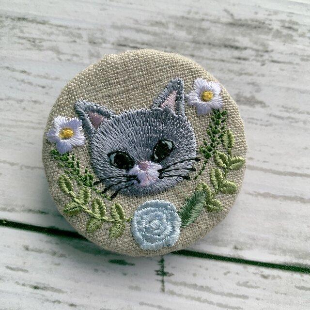 灰色猫とライトブルーのバラ 刺繍のブローチ 丸 リネン 50ミリの画像1枚目