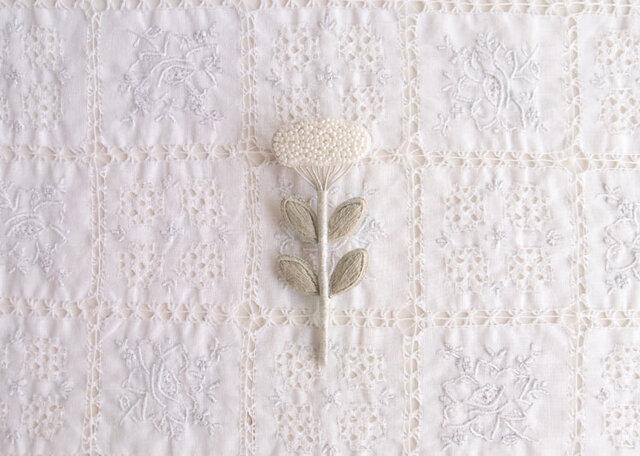 くものようなお花のブローチ しろの画像1枚目