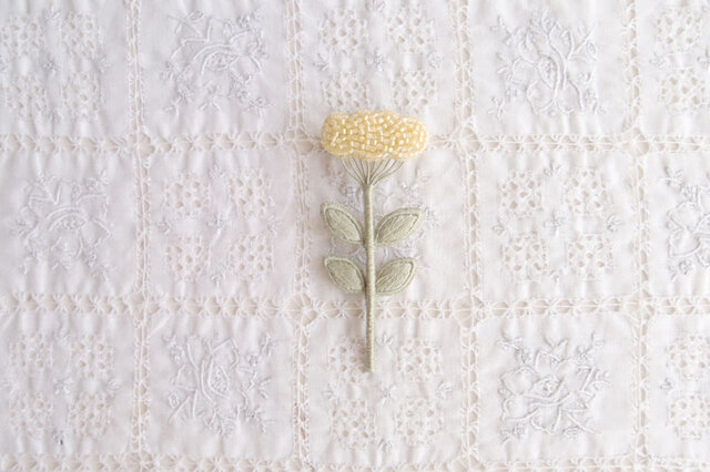 くものようなお花のブローチ きいろの画像1枚目