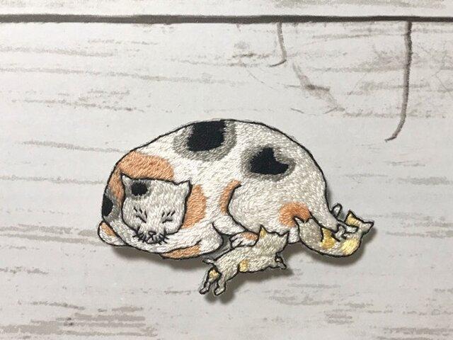手刺繍浮世絵ブローチ*歌川国芳「猫飼好五十三疋・白須賀」の猫の画像1枚目