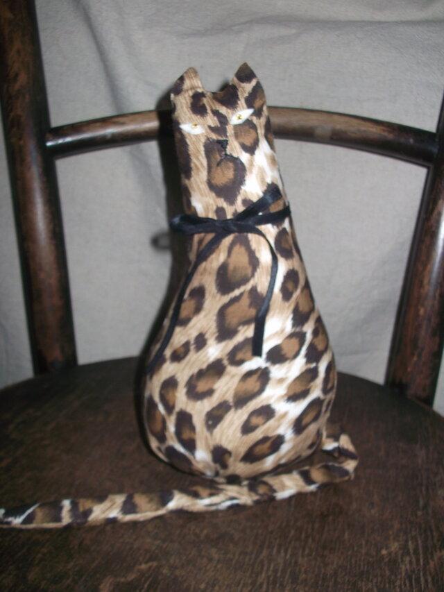 ジャガー柄のおすまし猫ちゃんの画像1枚目