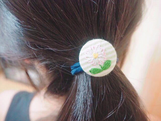 くるみボタンのお花刺繍ヘアゴムの画像1枚目