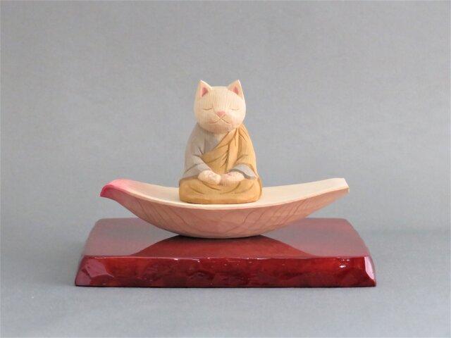 木彫り 蓮弁にのった袈裟を着た座禅猫 猫仏1928の画像1枚目