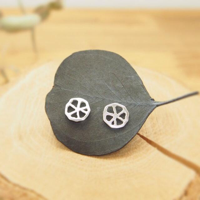 ちいさな丸い透かし葉のピアス#1 SP30の画像1枚目
