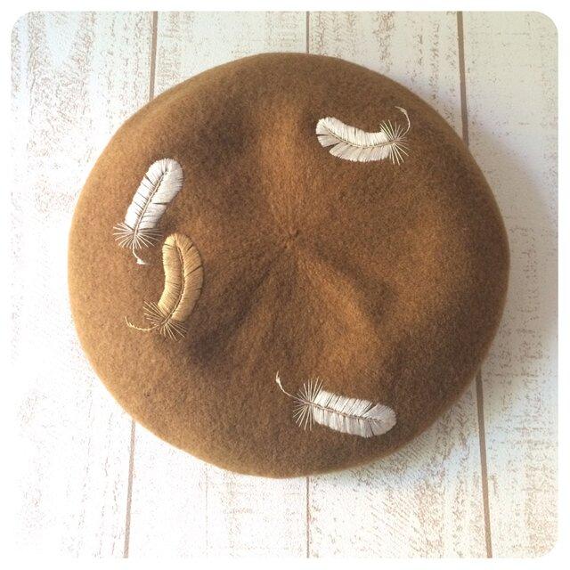羽根手刺繍のベレー帽/low amberの画像1枚目