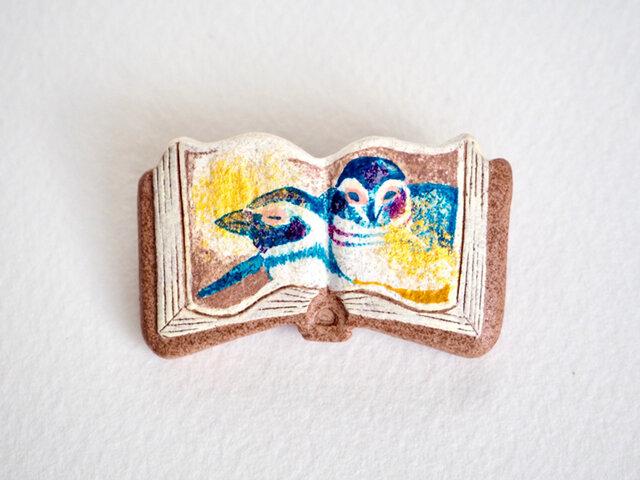 絵本みたいな陶土のブローチ《おやすみペンギン》の画像1枚目