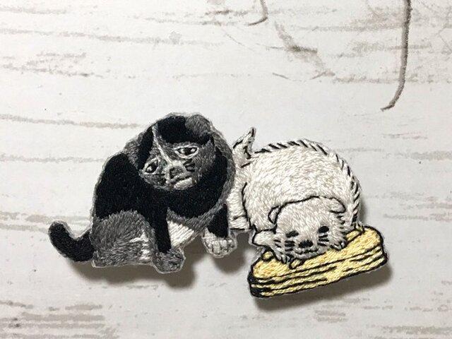 手刺繍浮世絵ブローチ*歌川豊国「英寿堂扇子見世」の仔犬の画像1枚目