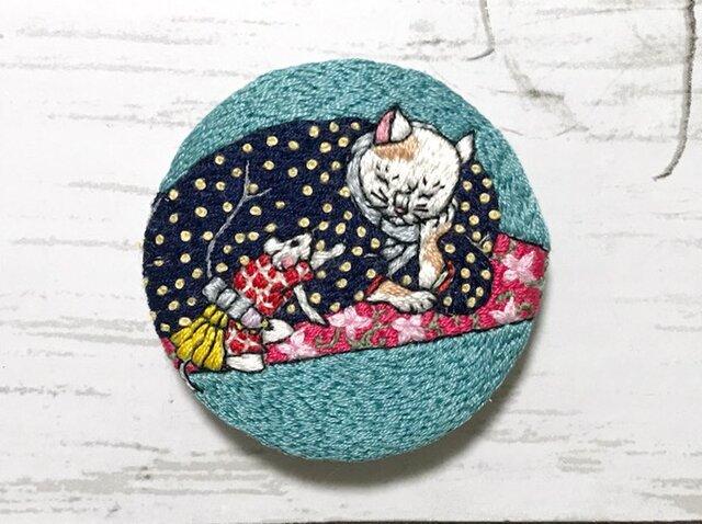 手刺繍浮世絵ブローチ*歌川国政「ねずみのたわむれ-猫の図-」よりの画像1枚目