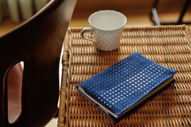 藍染×型染めブックカバー(チェック)の画像1枚目