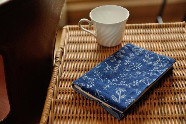 藍染×型染めブックカバー(七花)の画像1枚目