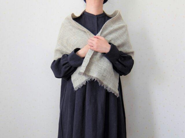 手紡ぎ・手織り アイボリーのヘリンボーン柄ミニストールの画像1枚目