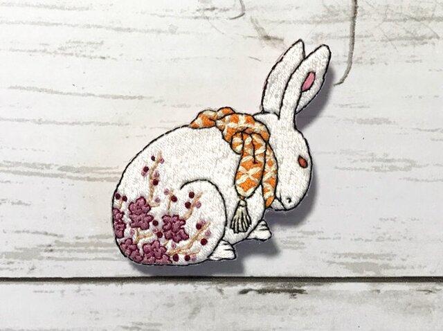 手刺繍浮世絵ブローチ*岳亭春信「兎の置物に梅の花」よりの画像1枚目
