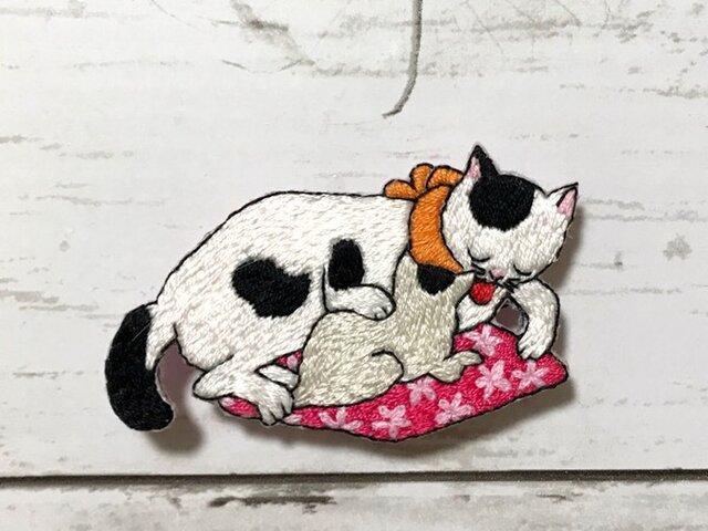 手刺繍浮世絵ブローチ*歌川国利「ねこ尽」の親子猫Ⅱの画像1枚目