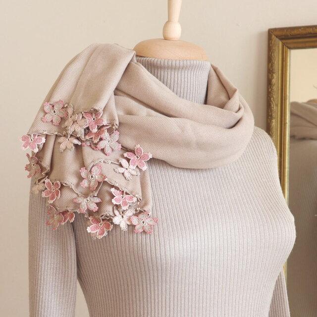 【受注製作】レースの花付き パシュミナストール「桜/2辺」サンドベージュの画像1枚目
