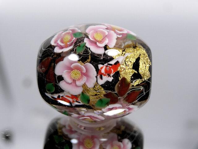 椿と錦鯉のとんぼ玉(ガラス玉)金箔入りの画像1枚目