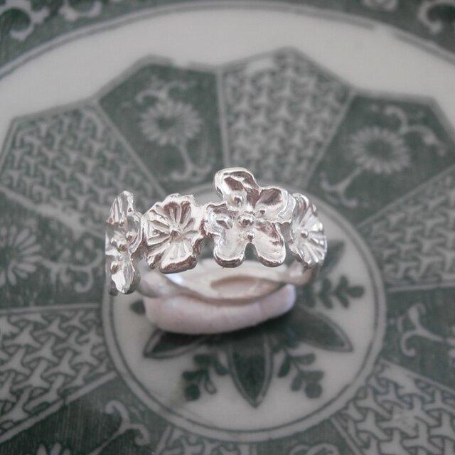 銀製の小さな花のリングの画像1枚目