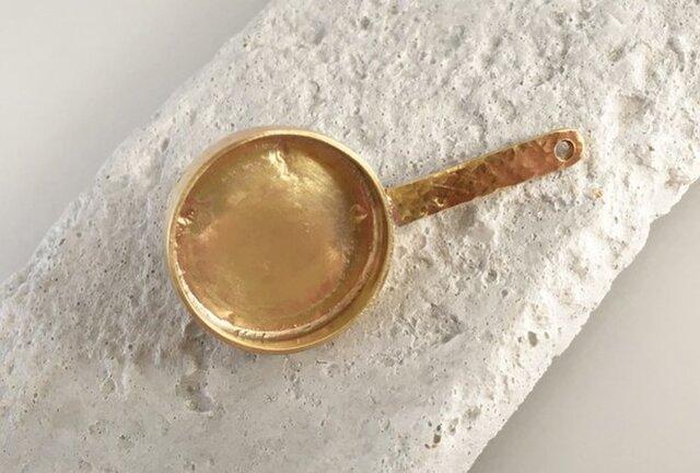 小さなフライパン◇真鍮鍛金ピンバッジ/タイタックの画像1枚目