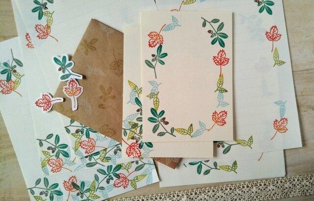 消しゴム版画「レターセット・ポストカードのセット(どんぐりと色づく葉っぱ)」の画像1枚目