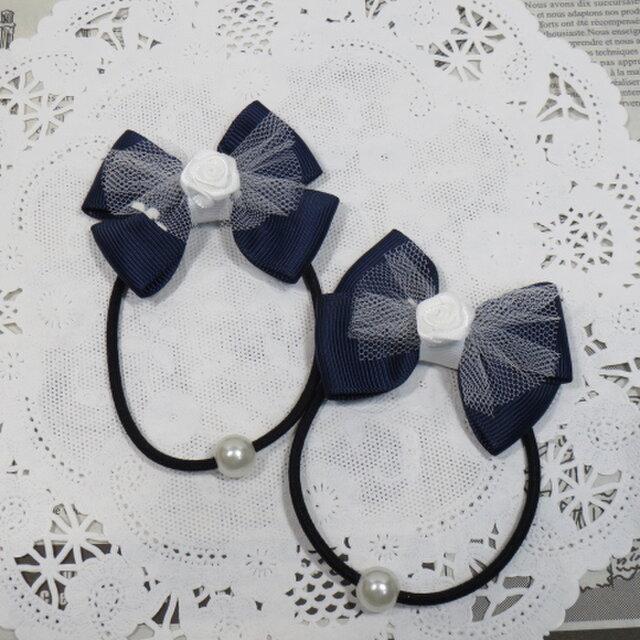 ★りぼん★ 白いチュールとバラと紺のダブルリボンのヘアゴムの画像1枚目