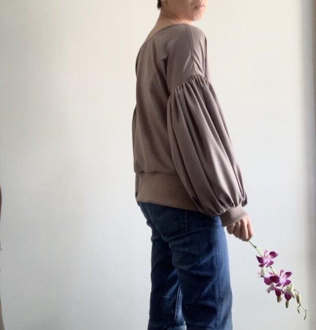 スエード調起毛 マットな光沢サテン ボリューム袖のゆったりトレーナー モカの画像1枚目