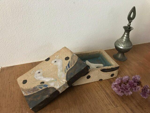 向き合うとりの陶箱の画像1枚目