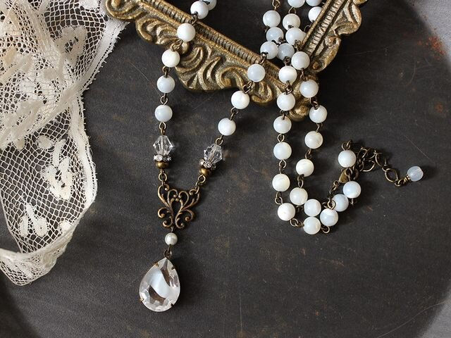 ヴィンテージ・ギブレグラスとマザーオブパール 清らかな白のネックレス アンティークstyleの画像1枚目