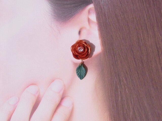 2Weyピアス[送料無料]秋冬色 深紅の薔薇&葉っぱ揺れる イヤリング Czダイヤ㊿の画像1枚目