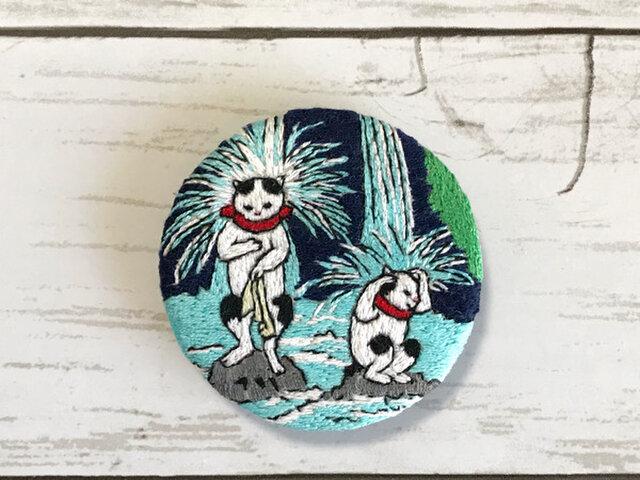 手刺繍浮世絵ブローチ*歌川国利「猫の戯」の滝行猫の画像1枚目