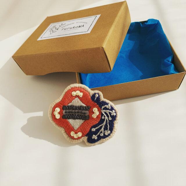 北欧カラーのお花の刺繍ブローチの画像1枚目
